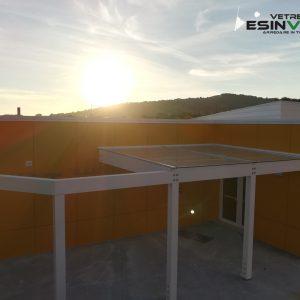 """Pensilina in vetro su struttura in legno Subissati presso scuola dell'infanzia """"il Gabbiano"""" di Sirolo (AN)"""