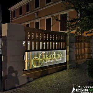 """insegna luminosa in vetro con logo sabbiato presso ristorante """"Giardino"""" di Ancona (ACCESO)"""