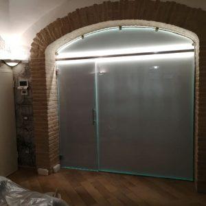 vetrata con porta battente con illuminazione a Led | vetreria Esinvetro Jesi